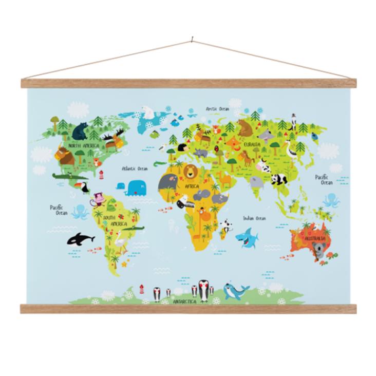 wereldkaart-ons-dierenrijk-baby-textielposter-latten