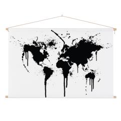wereldkaart-zwart-inkt-textielposter-stokken